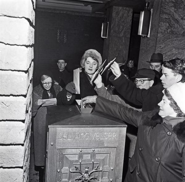 Kø foran Rådhuset for innlevering av selvangivelsen, 31. januar 1963